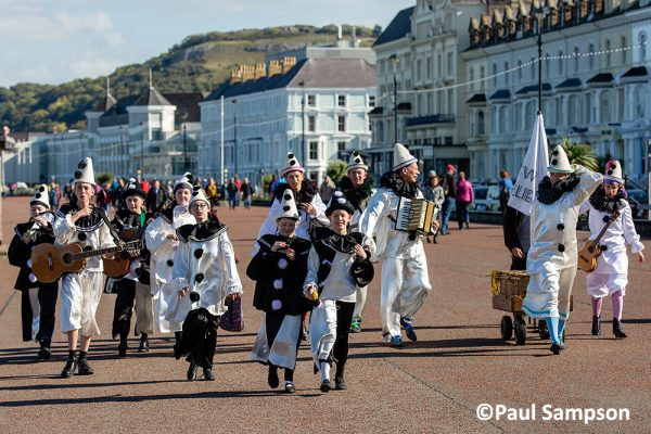 Pierrot-Weekend-copyright-PaulSampson-The-Jolies-and-Nrew-Folies-Llandudno-promenade